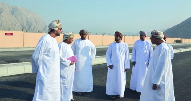 وزير البلديات الإقليمية وموارد المياه يتابع سير الخدمات والمشاريع البلدية والمائية بمحافظة مسندم