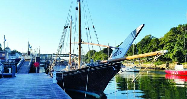 """القارب العماني """"نزوى"""" يقف شامخًا في ميناء دواننز الفرنسي"""