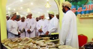 افتتاح مهرجان التمور العمانية الرابع بنـزوى بمشاركة من المزارعين وأصحاب المصانع ووحدات التمور