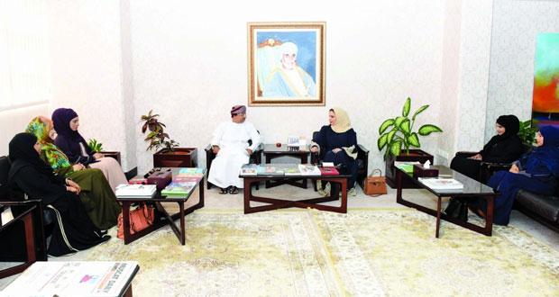 وزير الإعلام يلتقي لجنة شؤون الصحفيات العمانيات