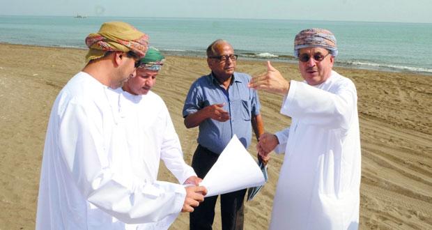 رئيس بلدية مسقط يزور عدداً من المواقع بقريات