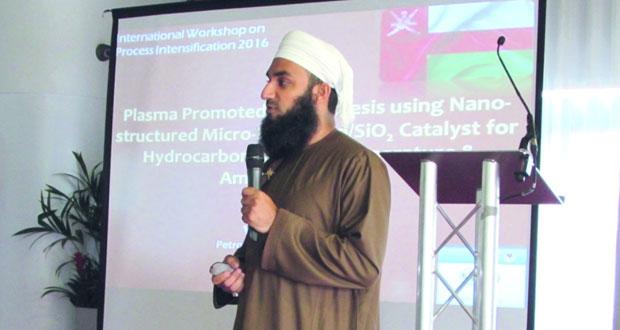 باحث عماني يعرض اختراعه الخاص بتحويل الغازات إلى وقود سائل
