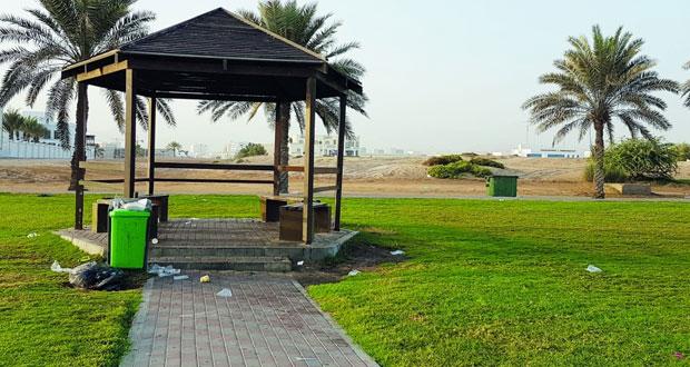 رمي المخلفات على الشواطئ والأماكن العامة .. جريمة بيئية وأخلاقية
