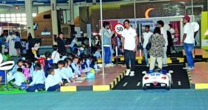 تفاعل كبير من المشاركين والزوار مع معرض السلامة المرورية
