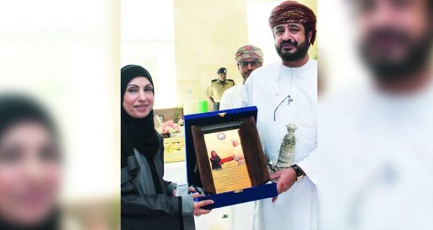 وزير الخدمة المدنية يكرم ساجدة بنت عبد الأمير