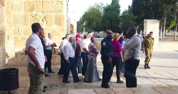 أكثر من 100 متطرف يدنسون باحات (الأقصى) ودعوات لإقامة طقوس تلمودية