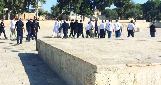 الاحتلال يحول القدس لـ(ثكنة) عسكرية وقطعانه يدنسون باحات الأقصى