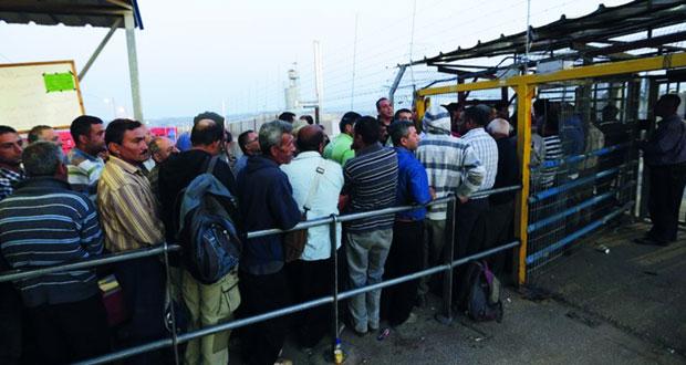 قوات الاحتلال تمزق أكثر من 100 تصريح فلسطيني على معبر الجلمة