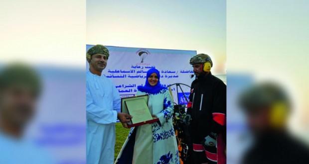 فريق الطيران الشـراعي العماني يحتفي بيوم المرأة