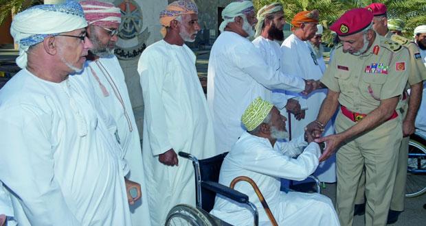 عدد من ذوي الإعاقة من منتسبي وزارة الدفاع وقوات السلطان المسلحة يتوجهون إلى الديار المقدسة لأداء مناسك العمرة