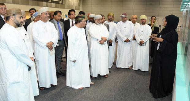 """الادارة التنفيذية ببنك مسقط تتطلع على برنامج """"تنفيذ"""" وتزور معرض """"إبداعات عمانية"""""""