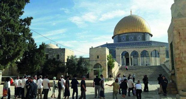 الاحتلال ومستوطنوه يدنسون باحات المسجد الأقصى
