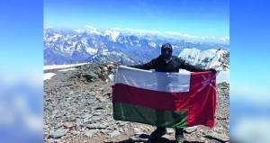 سليمان الناعبي يرفع علم السلطنة فوق ثاني أعلى قمة في العالم