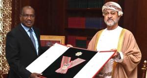 جلالة السلطان يمنح توريه وسام الثقافة والعلوم والفنون والآداب