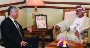 الوزير المسؤول عن الشؤون الخارجية ووزير الخدمة المدنية يستقبلان عضو اللجنة التنفيذية لمنظمة التحرير الفلسطينية