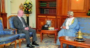 وزير ديوان البلاط السلطاني يستقبل السفير الأميركي