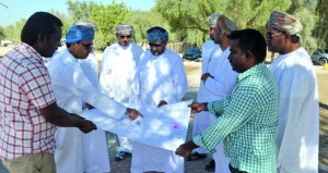 وزير البلديات الإقليمية يتابع المشاريع والخدمات البلدية والمائية بمحافظة الداخلية