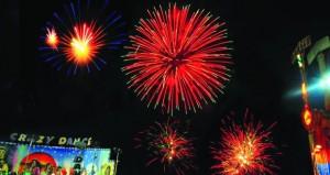 الألعاب النارية تنير سماء متنزه النسيم