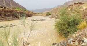 هطول أمطار متفاوتة الغزارة وجريان عدد من الأودية والشعاب