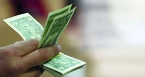 الدولار يتراجع مع انحسار التداول بفعل سياسات ترامب التضخمية