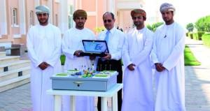 طلاب الهندسة بجامعة ظفار يبتكرون مشروع نظام مروري معالج للازدحام