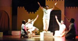 """فرقة الصمود المسرحية بنزوى تقدم العرض المسرحي """"غيوم تنتظر المطر"""" في ملتقى الأيام الأدبية العمانية السعودية"""