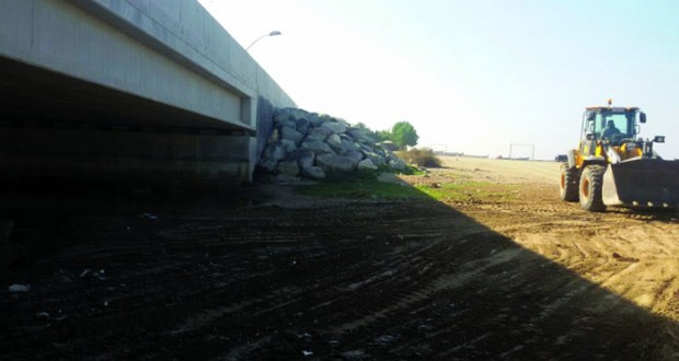 بلدية مسقط  تزيل مخلفات البناء أسفل جسر العذيبة