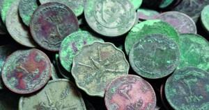 أحد الأهالي بصحم يعثر على جرة فخارية مملوءة بعملات معدنية أثرية
