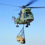 سلاح الجو السلطاني العماني يقوم بعمليات نقل مواد استهلاكية لقرى بالجبل الأخضر