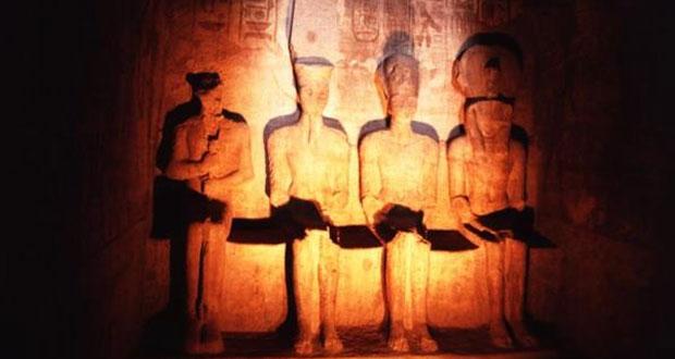 الشمس تتعامد على وجه رمسيس الثاني بمعبد أبو سمبل