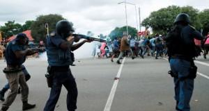 شرطة جنوب إفريقيا تفرق متظاهرين يحتجون على وجود المهاجرين