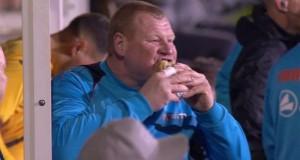 حارس مرمى يتناول الطعام خلال مباراة في كأس إنجلترا