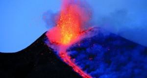 سماء صقلية تسطع بحمم بركان جبل إتنا المتوهجة
