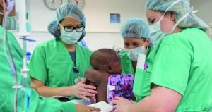 جراحة أميركية ناجحة لفصل رضيعة بأربعة أرجل عن توأم طفيلي