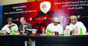 اتحاد كرة القدم يجدد شراكته مع الطيران العماني (الناقل الوطني)