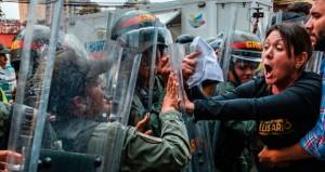 فنزويلا تندد بـ(مؤامرة إقليمية) والبرلمان يرفض (انقلاب) المحكمة العليا