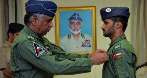 تثبيت شارات الملاحة الجوية وتسليم شهادات التدريب بسلاح الجو السلطاني العماني