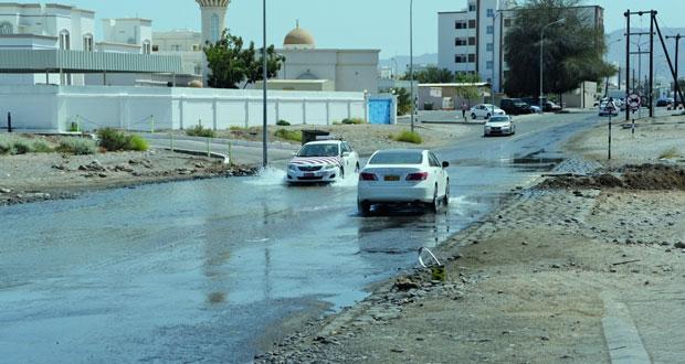 بلدية مسقط : لا يمكن التكهن بوقت توقف جريان مياه شارع الصفة بالغبرة الشمالية