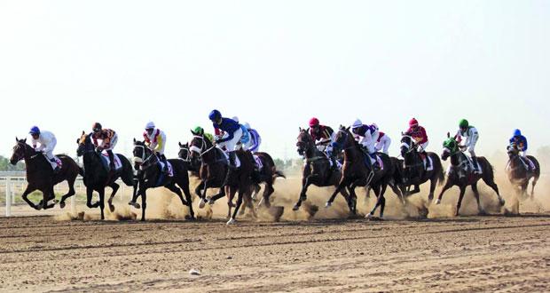 تنافس قوي ومثير تشهده أشواط السباق وسط حضور جماهيري غفير من محبي ومتابعي سباقات الخيل