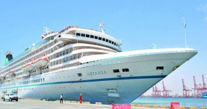"""ميناء صلالة يستقبل السفينة السياحية """"ارتانيا"""" على متنها 592 سائحاً"""