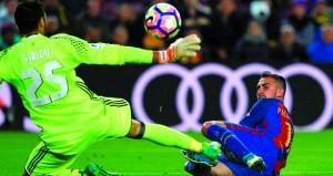 برشلونة يتشبث بالصدارة وريال مدريد يستعيد نغمة الانتصار وأوساسونا أول الهابطين في الدوري الأسباني