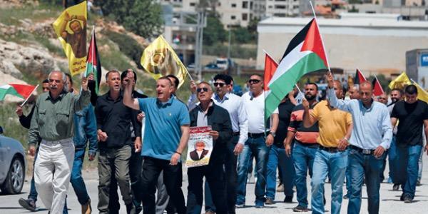 الفلسطينيون ينتفضون دعما للأسرى في (الحرية والكرامة)