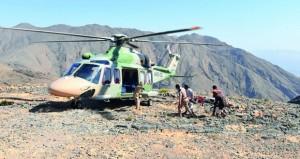 طيران الشرطة ينقل مواطنا تعرض للدغة أفعى من جبل الأسود بالعامرات