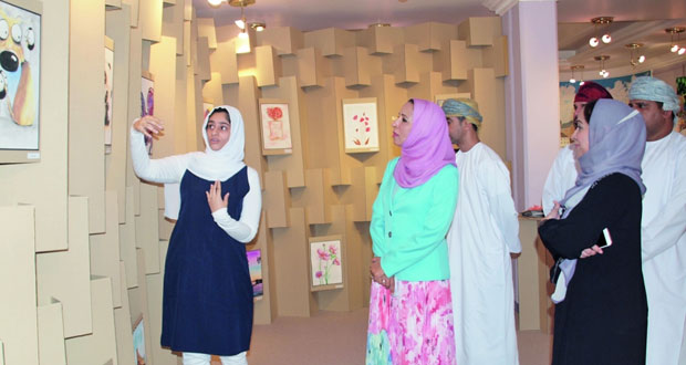 وزيرة التربية والتعليم تزور معرض الإنتاج الفني الطلابي بمدرسة دوحة الأدب بمسقط