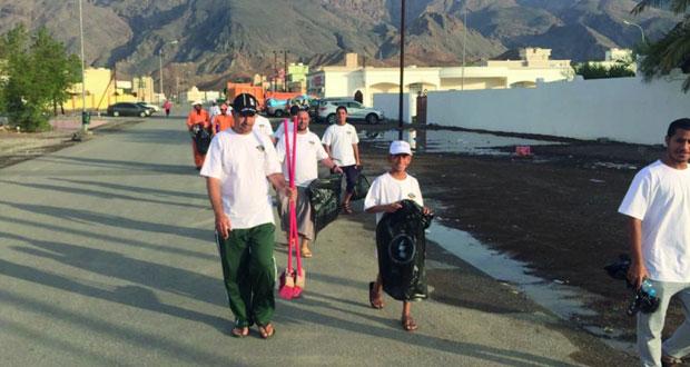 تنظيم المعسكر الأهلي الأول لمنطقة الصويريج بسمائل بمشاركة أكثر من 100 شخص