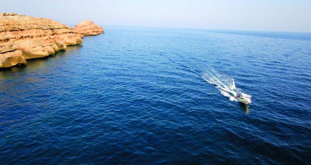 السياحة البحرية والمياه الزرقاء اللامعة حول شواطئ تلك الجزر