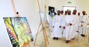 """50 لوحة لـ 27 فنانا تشكيليا في معرض """"بصمة إبداع"""" بمركز نزوى الثقافي"""