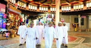 رئيس بلدية مسقط يزور سوق مطرح والمسالخ البلدية لمتابعة جاهزيتها
