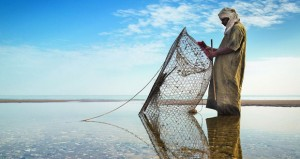 خميس الفاخري يؤكد بعدسته عمق الصلة بين البحار والبحر