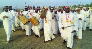 مظاهر العيد تتواصل بعدد من ولايات السلطنة وسط أهازيج شعبية وتناول وجبات متنوعة وزيارة الأرحام